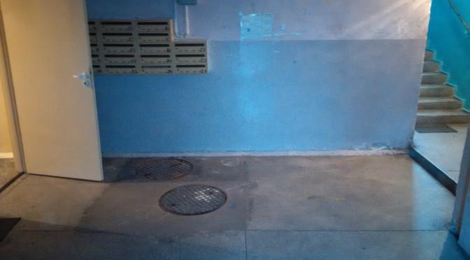 Studnia kanalizacyjna na klatce schodowej? Możliwe tylko w Dzierżoniowie!!!